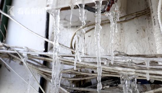 浦东一居民楼水管爆裂后满楼挂冰凌 楼道一夜冻成冰柜