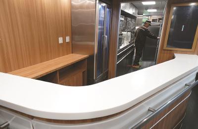 """""""复兴号""""新型动车组即将上线助力春运。图为CR200J动车组列车内的餐车吧台。新华社记者陈飞摄"""