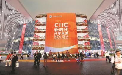 华灯初上,国家会展中心(上海)璀璨夺目,观展后的人们欣赏着迷人夜景。本报记者 蒋迪雯 摄
