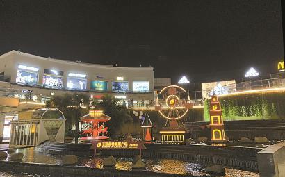 位于青浦的上海奥特莱斯品牌直销广场,入夜灯火通明。 茅冠隽 摄