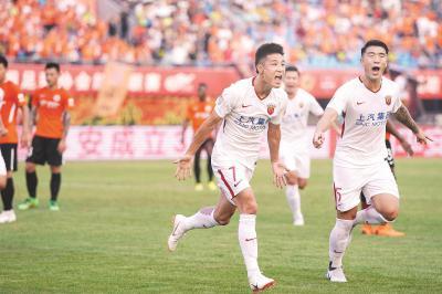 上海上港队球员武磊(前左)在比赛中庆祝进球。新华社记者鞠焕宗摄