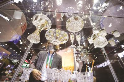 诸多拥有百年历史的水晶品牌来到了本届进博会,晶莹剔透的水晶制品令人眼花缭乱。本报记者袁婧摄