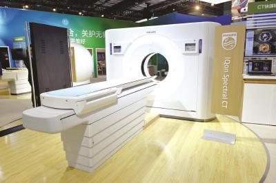 飞利浦此次参展的新型CT机。本报见习记者邢千里摄
