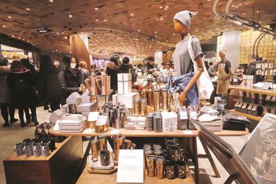 以咖啡为主题的周边产品是<strong>澳门金沙体育投注</strong>星巴克烘焙工坊的特色之一。本报记者袁婧摄