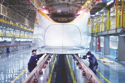 图为中国铁路上海局集团公司上海动车段机械师正在进行出乘作业。本报记者赵立荣通讯员黄德峰摄影报道