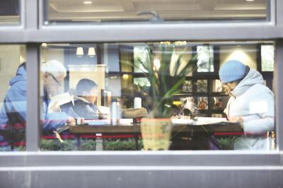 杨浦区图书馆阅览室内读者阅读自习。本报记者叶辰亮摄