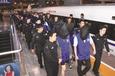 上海警方捣毁诈骗犯罪团伙 40名犯罪嫌疑人被押解回沪