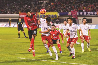 击败中甲球队北京北体大,嘉定博击成为首支杀入足协杯十六强的业余球队。本报记者陈龙摄