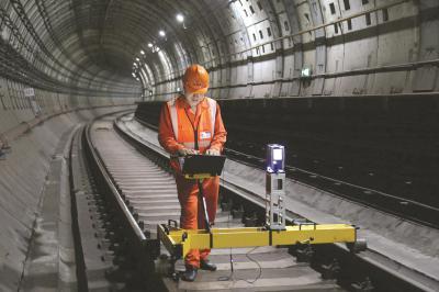 地下工程的监护监测,是一场零容错的全网络、全天候协同作战。图为技术人员用3D移动扫描技术检测隧道变化。(上海建科集团供图)