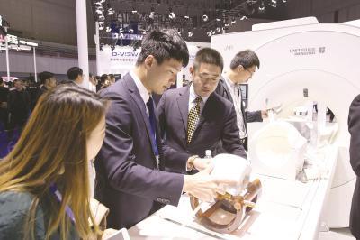 联影创新产品3.0T探索磁共振在第81届中国国际医疗器械(春季)博览会上发布,吸引众多参观者驻足。(联影供图)