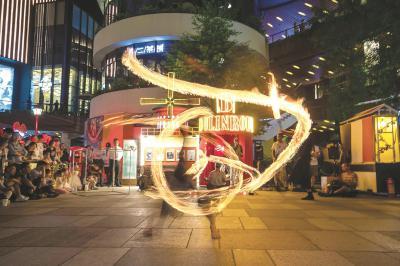 端午小长假申城商圈文化氛围浓烈 带来近40场表演