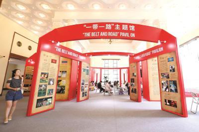 """第22届上海国际电影节开幕之际,上海展览中心内已搭建好电影市场""""一带一路""""主题馆。本报记者叶辰亮摄"""