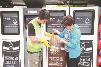 新虹街道与京东京造合作定制的分类垃圾袋,让市民一边学知识,一边养成习惯。(京东京造供图)