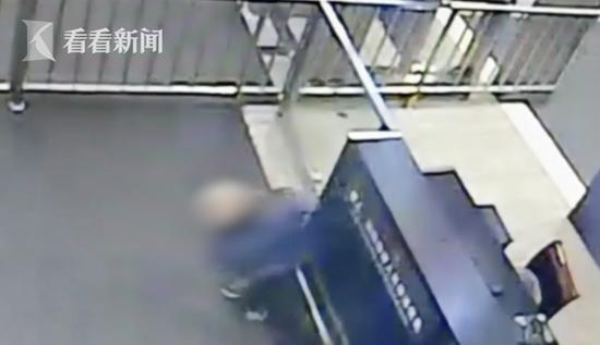 老人火车站突发急病抽搐倒地 武警一路小跑背上救护车