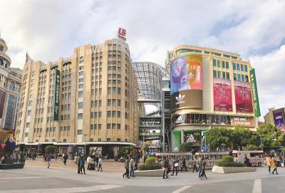 """日前,上海市民熟悉的第一百货在经过建设改造后和邻居东方商厦合并建成新的""""一百商业中心"""",转型回归,正式营业。本报记者赵立荣摄"""