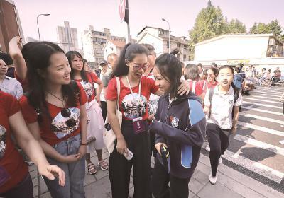 送考老师们身着大红色上衣为考生们加油鼓劲。本报记者袁婧摄