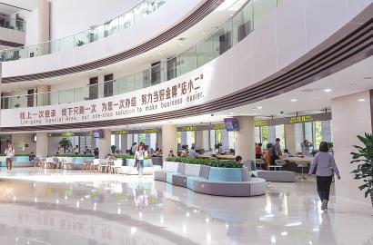 上海自贸区临港新片区行政服务中心办事窗口,配有英语翻译的服务标语张贴在醒目位置。 本报记者 孟雨涵 摄