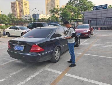 人人车线下评估师将车辆信息上传到平台。新京报记者 刘经宇 摄
