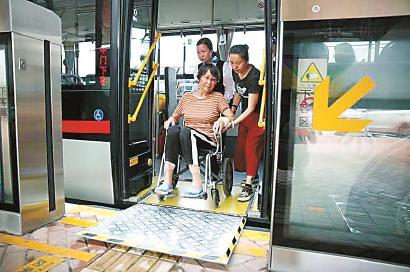 沪新购公交车将釆用低地板无障碍车辆 满足残疾人需要