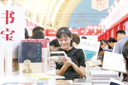 上海书展昨迎大客流现场排长龙 会场举办近200场活动