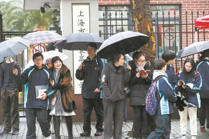 昨天,考生在五爱中学考点候考。 本报记者 赖鑫琳 实习生 卫宜斐 摄