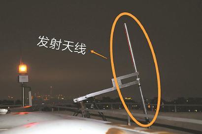 """位于楼顶的""""黑电台""""发射天线。"""