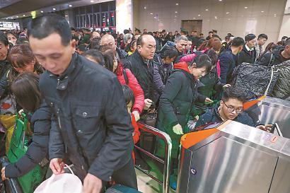 检票员检票员沈薛帮乘客取出被卡住的车票。