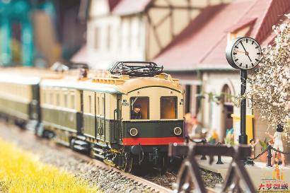 """图片说明:""""大梦微城""""展示的火车微缩模型和微缩景观。资料照片"""