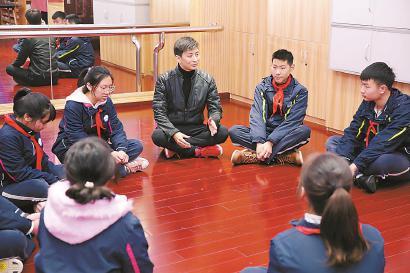 在新大桥中学,参加校园开放日的学生跟着老师学习话剧表演。 陆嘉辉 摄