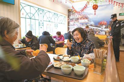 在洋泾社区食堂,老人们吃得满意。 本报见习记者 孟雨涵 摄
