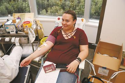 无偿献血活动吸引沪上境外人士参与。本报记者 海沙尔 摄