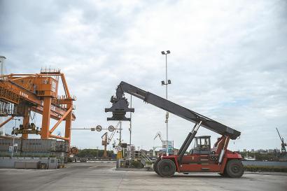 在上海城投环境集团徐浦基地里,有大型的码头吊运设施用于通过水路对集装箱装载的分类垃圾进行转运。 均本报见习记者 董天晔 摄