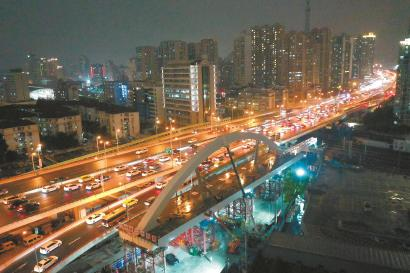 """昨天深夜,工程技术人员在做北横通道""""彩虹桥""""推进前的准备。 本报记者 张海峰 摄"""