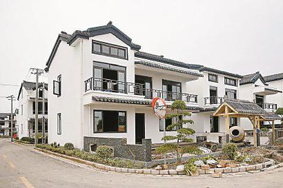 闵行革新村农民集中居住点的新建房屋。 (均 资料)