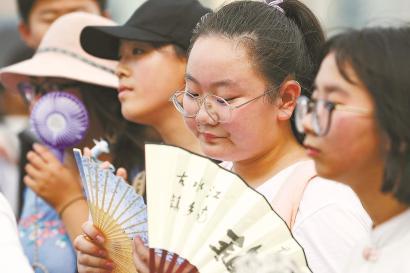 昨天,在外滩观光平台,市民游客饱受阳光炙烤。 本报见习记者 赖鑫琳 摄