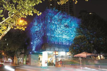 琉璃艺术博物馆以5025片花瓣组合而成的牡丹灯夜间格外璀璨。 蒋迪雯 摄