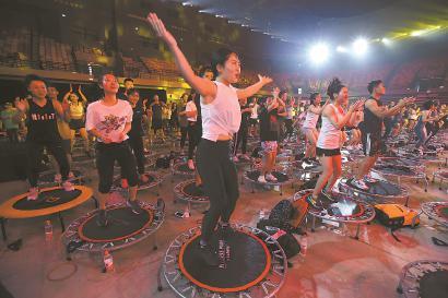 大咖健身教练带领市民上演团体蹦床。 均 本报记者 邵剑平 摄