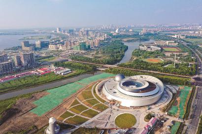 航拍镜头下的临港新城,上海天文馆正在加紧建设。 本报记者 赖鑫琳 摄