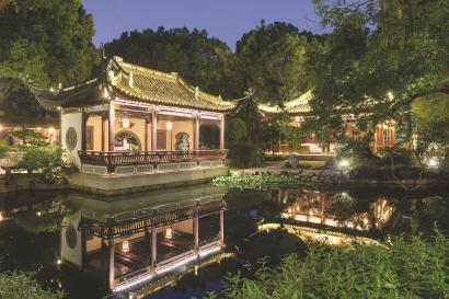 古猗园昨起开启中秋夜游模式,灯光映衬下的古典园林别有一番韵味。 (古猗园供图)