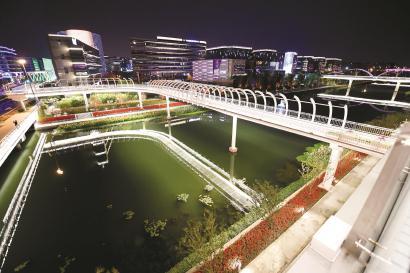 国家会展中心(上海)正加紧布置和准备,将以全新姿态和面貌迎接第二届进博会的到来。图为国家会展中心(上海)二层步廊东延伸段(二期)夜景。 本报记者 邢千里摄