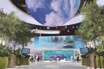 ◆在汽车展区,来自日本的丰田公司展示了最新的新能源汽车。 本报记者 赵立荣摄