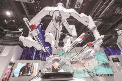 医疗器械及医药保健展区中,新一代达芬奇手术机器人与广大观众见面。 本报记者 叶辰亮摄