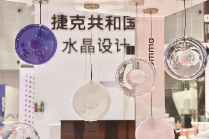 ◆品质生活展区晶莹剔透的捷克水晶制品。 本报记者 袁婧摄