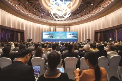 """昨天,第二届虹桥国际经济论坛""""70年中国发展与人类命运共同体""""分论坛在上海举行。 新华社记者 范培珅摄"""