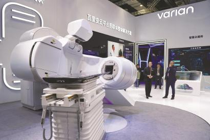 瓦里安展示的最新肿瘤放射治疗尖 端技术——ProBeam 质子治疗系统。 本报记者 刘栋摄
