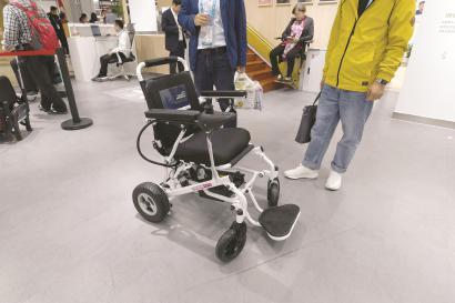 现场演示的自动避障功能的智能轮椅。 本报记者 邢千里摄