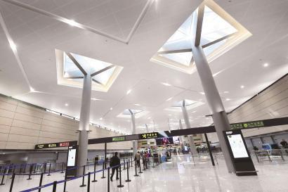 虹桥机场利用顶棚透光实现照明环保节能。 本报记者赵立荣摄