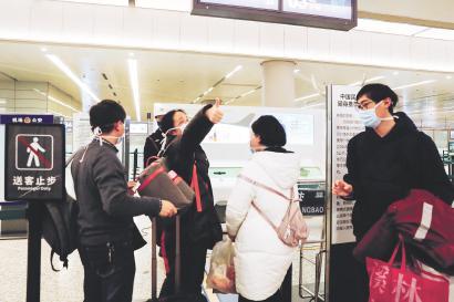 上海首批医疗队昨夜出征 虹桥机场大年夜年节夜无眠