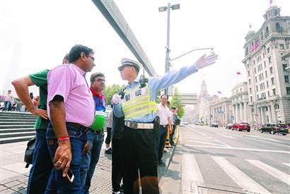 黄浦交警黄俊在解答外籍人士的问题。