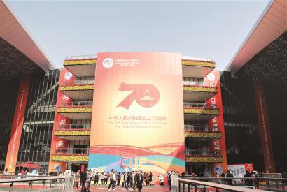展商、客商们走出国家会展中心(上海)。第二届进博会圆满落幕,但进博故事仍在继续。 本报记者 袁婧摄